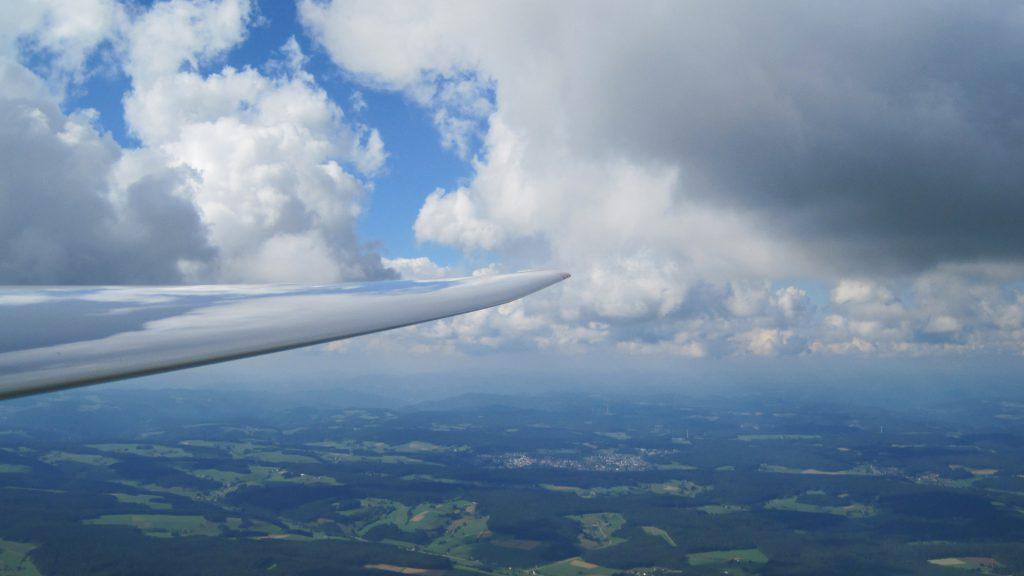 Segelflugzeug und Wolken